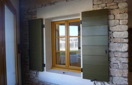 Fenêtre 2 vantaux bois avec petits bois aimantés + Volet provençal